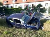 Groźny wypadek na Maślickiej przy AOW. Auto dachowało i uderzyło w płot posesji (ZDJĘCIA)