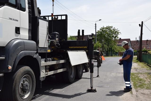 W piątek, czyli w dzień po publikacji przy ul, Matejki pojawili się pracownicy Enei, którzy wymienili zniszczony słup.