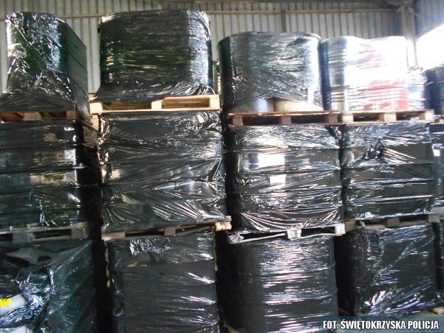 Policjanci ustalają, czy firma z Pińczowa ma uprawnienia do składowania odpadów, jakie znajdują się w magazynie.