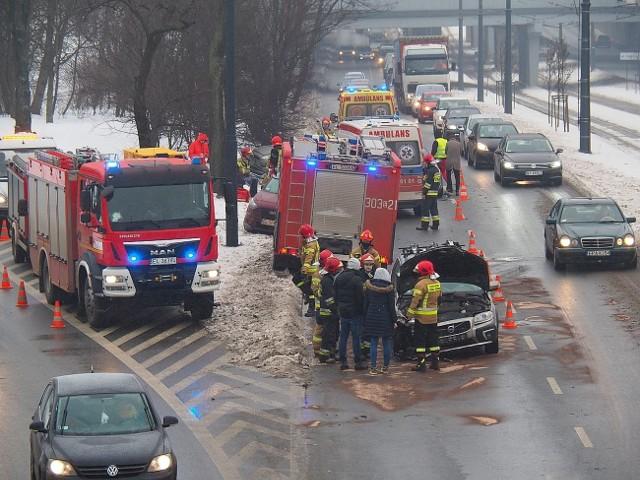 Na alei Mickiewicza w Łodzi, doszło do wypadku z udziałem samochodów osobowych. Na miejscu jest straż pożarna, policja i pogotowie. Zderzyły się cztery samochody. W kierunku Retkini tworzy się korek, ruch jest mocno utrudniony.Do zdarzenia doszło przed godziną 15 we wtorek (16 lutego). ZDJĘCIA I WIĘCEJ INFORMACJI - KLIKNIJ DALEJ