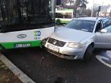Kolizja z autobusem. Kierowca nie zauważył czerwonego światła (zdjęcia)