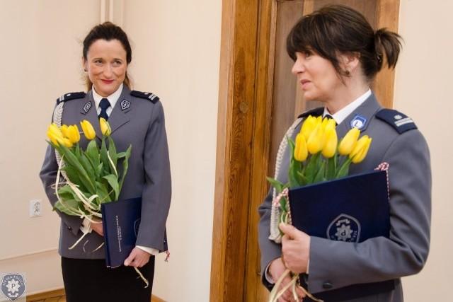 Po raz pierwszy w ponad 70-letniej historii Szkoły Policji w Słupsku stanowiska w ścisłym kierownictwie objęły kobietyPodinspektor Jolanta Buczyńska-Koc i podinspektor Elżbieta Kotecka to dwie nowe zastępczynie komendanta w słupskiej Szkole Policji.  Mianowanie obu pań przez komendanta głównego policji nastąpiło w uznaniu dla ich wysoko  ocenianej służby, doświadczenia i kwalifikacji zawodowych.Podinsp. Jolanta Buczyńska-Koc pełni służbę od 1 lipca 1992 roku. Przez wiele lat związana była z pionem kadrowo-szkoleniowym Komendy Stołecznej Policji, gdzie przeszła kolejne szczeble zawodowego awansu.Z kolei podinsp. Elżbieta Kotecka pełni służbę od 1995 roku. Od początku służby związana jest z pionem wspomagającym działalność dydaktyczno-wychowawczą Szkoły Policji w Słupsku w zakresie organizacyjnym, logistycznym i technicznym. Od 1 czerwca 1945 roku stanowiska w ścisłym kierownictwie słupskiej Szkoły Policji pełnili wyłącznie mężczyźni. Nominacje obu pań otwierają więc nowy rozdział funkcjonowania pionu dydaktycznego i pionu logistycznego placówki.Dodajmy, że Komendą Miejską Policji w Słupsku także kierowali do tej pory wyłącznie mężczyźni. Oglądaj także: EUPST II - ćwiczenia w słupskiej Szkole Policji