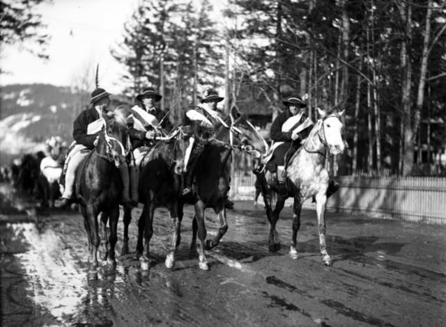 Górale na koniach podczas przejazdu przez Krupówki, 1935Ponad 180 tysięcy fotografii z Narodowego Archiwum Cyfrowego www.nac.gov.pl