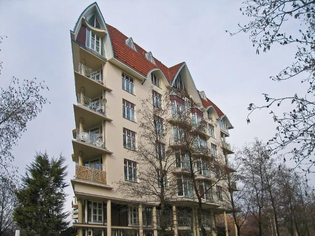 budynekNa razie wiadomo jeszcze, że mieszkania na wynajem miałyby być kupowane od deweloperów, przede wszystkim w dużych miastach.