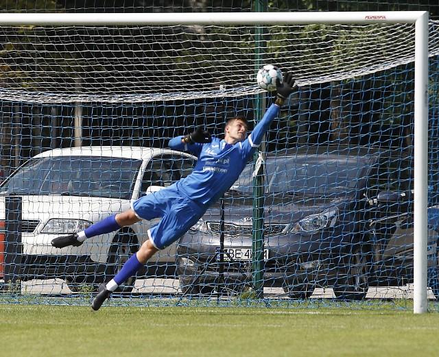 Tak efektownie bronił Antoni Klan. Jest obecnie zawodnikiem Pescara U19, drużyny grającej w Campionato Primavera 1. Antoni Klan ma 17 lat, urodził się 2 kwietnia 2003 roku.