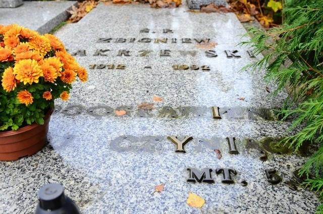 Zniszczony grób profesora Zbigniewa Zakrzewskiego.