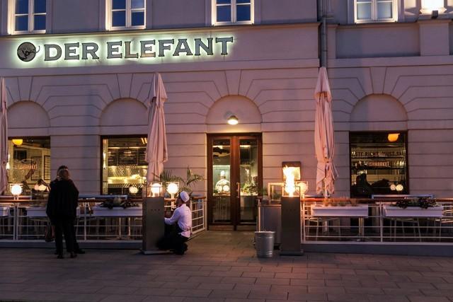 """""""Der Elefant"""" w Warszawie to pierwsza w Polsce restauracja, która od października przyjmować będzie tylko osoby zaszczepione, ozdrowieńców lub aktualnym negatywnym testem na Covid."""