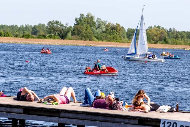 Majówka 2018 w Białymstoku to świetna okazja do odwiedzenia plaży w Dojlidach. Ładna pogoda sprzyja opalaniu. Co odważniejsi już zażywali pierwszych kąpieli. Place zabaw pełne są rozradowanych dzieci.