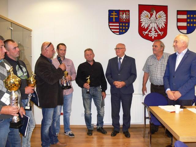 Puchary i dyplomy hodowcom gołębi pocztowych z sekcji w Sandomierzu podczas ostatniej sesji Rady Powiatu wręczył starosta Stanisław Masternak z przewodniczącym Rady Powiatu Tomaszem Hukiem.