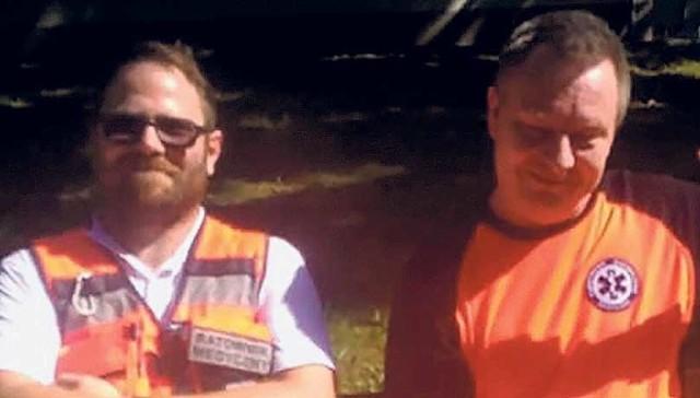Panowie ratownicy - Michał Pelc (z lewej) oraz Robert Jegier - krótko po szczęśliwej akcji. Sytuacja została uwieczniona na gorąco przy pomocy aparatu w smartfonie