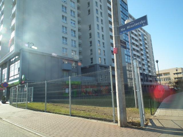 Pies wypadł z okna jednego z mieszkań w blokach przy ul. Na Miasteczku w Poznaniu.
