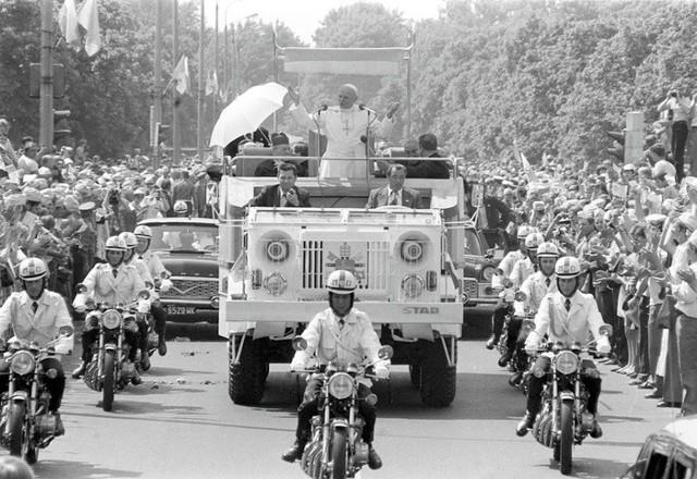Jan Paweł II jego papamobile powstałe na podwoziu wojskowego Stara 660 M2. Rok 1979
