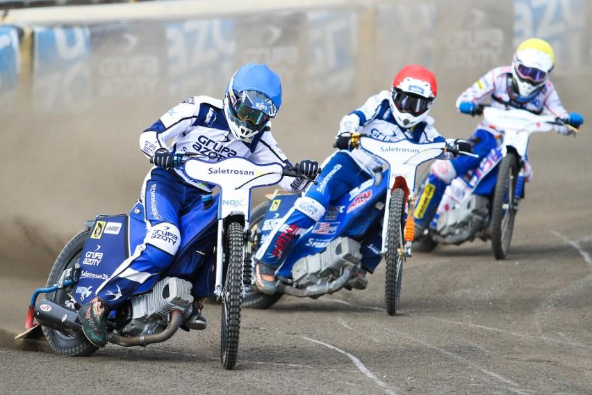 W meczu z Orłem Łódź tarnowianie drużynowo wygrali tylko dwa biegi. Na zdjęciu uczestnicy 2. wyścigu Przemysław Konieczny (niebieski kask), Mateusz Cierniak (czerwony kask) i Aleksander Grygolec