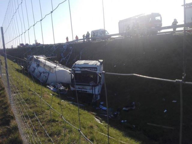 Ranni w zderzeniu tira z busem na S8 w Lubochni