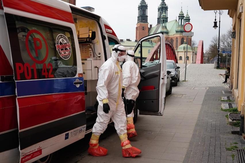 """Na przełomie marca i kwietnia socjolodzy z Uniwersytetu im. Adama Mickiewicza zbadali, jak wyglądała nasza codzienność z koronawirusem. Sprawdzili, jakie były nasze obawy i wizje przyszłości, jak również, czego w tamtym czasie najbardziej nam brakowało. Wyniki badań zebrano w raporcie """"Życie codzienne w czasach pandemii"""". Badanie zostało przeprowadzone na grupie prawie 1300 osób różnej płci, w różnym wieku, z różnym wykształceniem i zatrudnieniem.Czytaj dalej --->"""