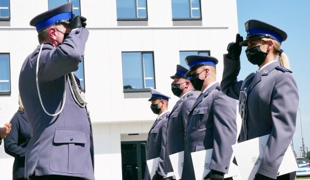 Po raz pierwszy przed nową siedzibą Komendy Powiatowej Policji w Wadowicach, w reżżimie sanitarnym, funkcjonariusze i pracownicy cywilni policji obchodzili swoje święto. Były awanse, nagrody i odznaczenia.
