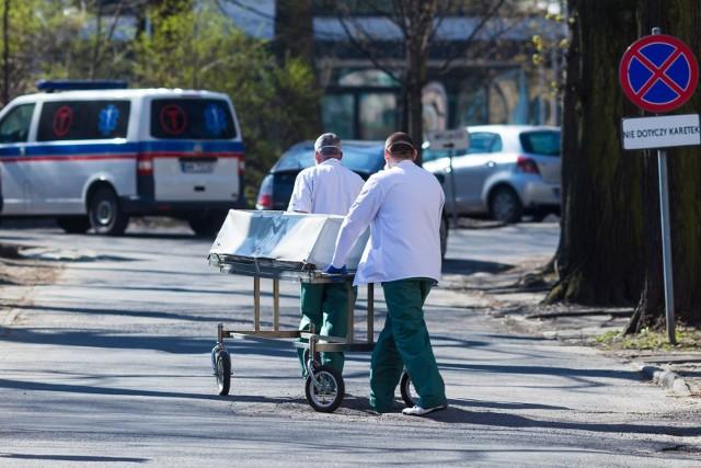 Powołanie przez wojewodów lekarzy do stwierdzania zgonów osób podejrzanych o zakażenie wirusem SARS-CoV-2 albo zakażonych tym wirusem poza szpitalem przewidywał projekt jednej z ustaw tzw. tarczy antykryzysowej. Po tym, jak uchwalił ją w kwietniu Sejm, przez kilka miesięcy nie udawało się znaleźć lekarzy, którzy chcieli stwierdzać zgony u takich osób.