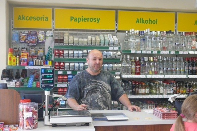 Sprzedawca Jarosław Wrzosek twierdzi, że nowo otwarty sklep na osiedlu Kochanowskiego jest od soboty oblegany przez klientów.