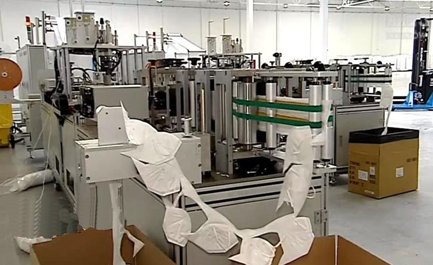 Maszyny do produkcji maseczek stojące w hali Agencji Rozwoju Przemysłu