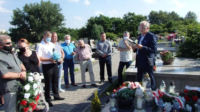 Spotkanie przy grobie Edwarda Gierka w 19. rocznicę śmierci byłego I sekretarza KC PZPR Zobacz kolejne zdjęcia/plansze. Przesuwaj zdjęcia w prawo - naciśnij strzałkę lub przycisk NASTĘPNE