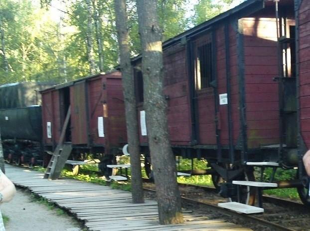 Model rampy załadowczej z oryginalnym parowozem i doczepionymi wagonami typowego składu zsyłkowego na Syberię (ekspozycja w Szymbarku).