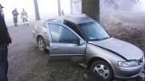 Trasa Reszel-Samławki. Groźny wypadek. Opel owinął się wokół drzewa (zdjęcia)