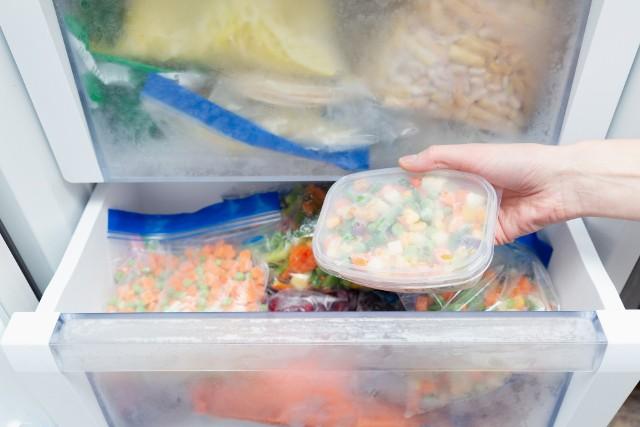 Co można zamrozić? Więcej niż ci się wydaje! Zamiast wyrzucać jedzenie, sprawdź, co możesz przechować w zamrażalniku i wykorzystaj tę wiedzę w swojej kuchni. Zobacz więcej na kolejnych slajdach.