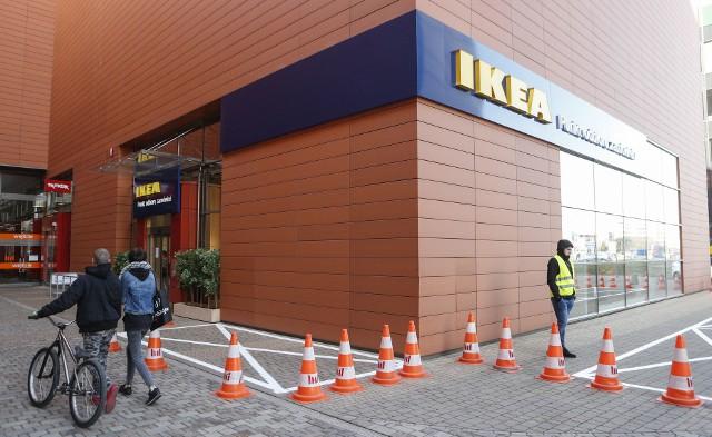 """- Cieszymy się, że od 2 lutego klienci z Podkarpacia mogą zamawiać nasze produkty z dostawą do Punktu Odbioru Zamówień lub bezpośrednio do domu w takiej samej cenie, jak mieszkańcy Krakowa - na dzisiejszej konferencji prasowej mówiła Urszula Wilczak, Dyrektor IKEA Kraków.Wcześniej podobne punkty powstały w Opolu, Kaliszu i Szczecinie. Punkt Odbioru Zamówień w Rzeszowie wyróżnia się jednak specjalną strefą ekspozycyjną i oryginalnym wystrojem. Można tu nie tylko odebrać produkty, wcześniej zamówione przez telefon lub internet, ale też obejrzeć wybrane meble z działów """"sypialnia"""" i """"pokój dzienny"""", m.in. Są sofy i stół, przy którym można usiąść i napić się bezpłatnej kawy lub herbaty. Pomocą służą konsultanci IKEA, którzy wyjaśnią proces zakupu, doradzą, jakie produkty wybrać i jak zaplanować wnętrze. Z okazji otwarcia Punktu Odbioru Zamówień IKEA dla pierwszych klientów przygotowano specjalne zestawy upominkowe. Od 2 do 4 lutego (godz. 11 - 19) w strefie eventowej na poziomie 0 Millenium Hall odbywać będą się warsztaty i animacje dla dzieci. W planach zajęcia plastyczne, podczas których dzieci własnoręcznie wykonają szwedzkie koniki z Dalarna, zakładki do książek z pudełek IKEA czy biżuterię z koralików, będących w asortymencie szwedzkiej sieci. Ponadto będzie można zrobić sobie zdjęcie z pluszakiem IKEA w fotobudce, zagrać w gry IKEA LATTJO czy posłuchać bajek szwedzkiego autora Ulfa Starka."""