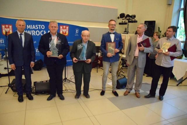 """Migawka z gali w """"Inowrocławiance"""". Od lewej: prezydent Ryszard Brejza, Grzegorz Kaczmarek, Zbigniew Raczkowski, Michał Łoniewski, Leonard Franciszek Berendt i Witold Kawalec"""