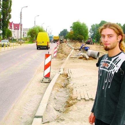 - Są też dobre strony remontu. W przyszłości będzie porządny chodnik, a na razie samochody jeżdżą wolniej i łatwiej jest przejść na drugą stronę ulicy - mówi Krzysztof Wolski z osiedla Konieczki.