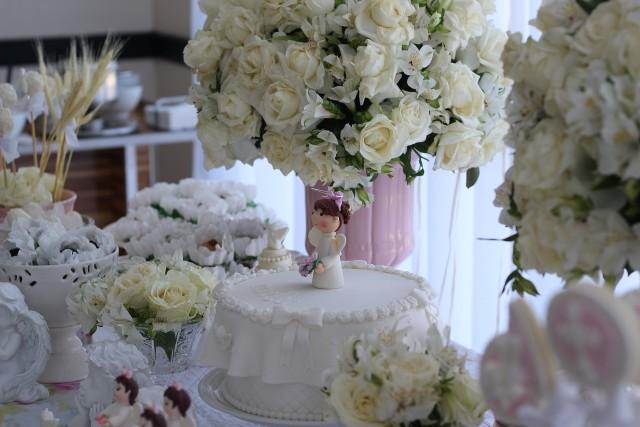 Przyjęcie komunijnePoczęstunek komunijny nie może obejść się bez tortu, a dekoracja bez pięknych kwiatów.