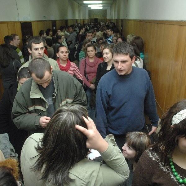 Wczoraj rano na podpisanie umowy o stypendium czekało na UTP prawie 200 studentów.