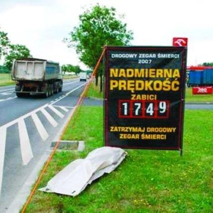 Tablice z liczbą ofiar wypadków rozstawione są przy ośmiu drogach