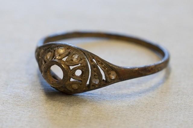 Złoty pierścionek był ukryty w podwójnym dnie kubka, który znajduje się w Muzeum Auschwitz