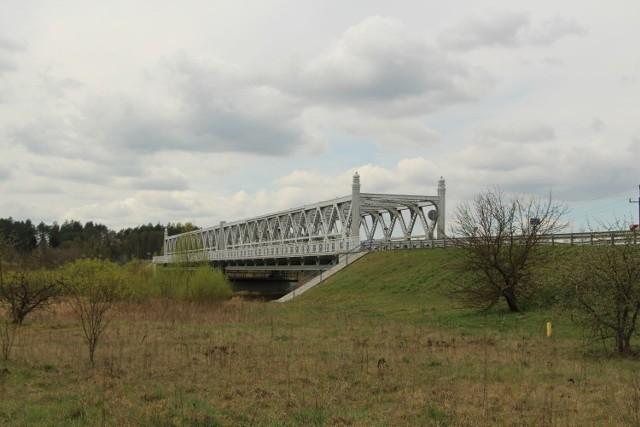 Most nad Narwią w rejonie Plosek. W ramach budowy S19 powstanie nowa konstrukcja