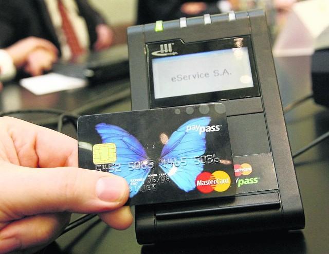 """Bank nie może zmusić klienta do korzystania ze """"zbliżeniówki"""""""