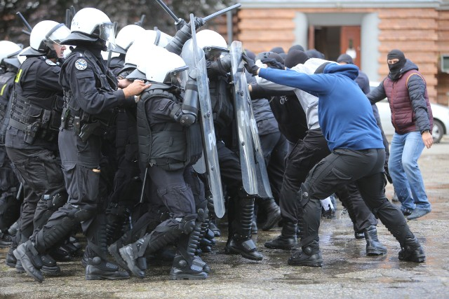 Ćwiczenia policjantów przed szczytem klimatycznym w Katowicach