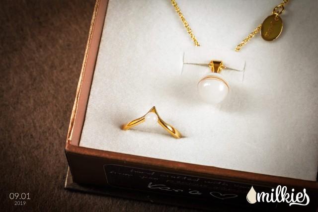 Biżuteria zrobiona z mleka kobiecego to hit wśród młodych mam. Te wyjątkowe pamiątki wytwarza się tylko w Polsce. Zobacz, jak wyglądają --->