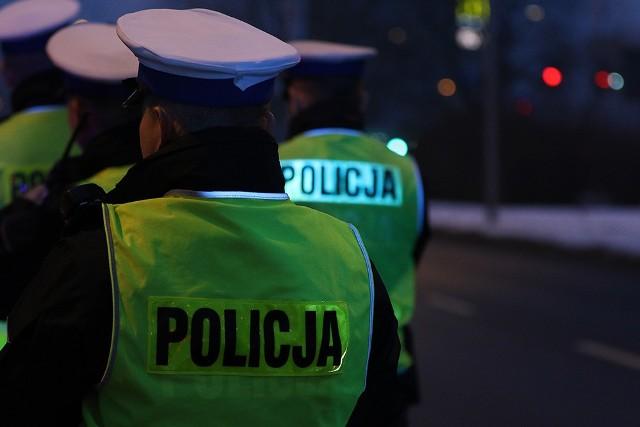 Pijany 67-latek ściął znak drogowy.