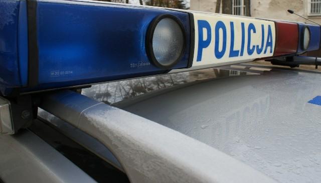 Ostrołęccy policjanci zatrzymali samochód, nad którym dwie 19-latki łapały się za ręce. Ten niebezpieczny wybryk skończył się utratą prawa jazdy przez kierowcę i wnioskiem do sądu o ukaranie.
