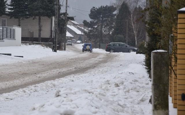 Wiele ulic i chodników w mieście jest białych lub zalega na nich błoto pośniegowe
