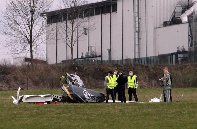 Gliwice. Na lotnisku rozbił się prywatny samolot. Pilot wyszedł z wypadku bez większych obrażeń.Zobacz kolejne zdjęcia. Przesuwaj zdjęcia w prawo - naciśnij strzałkę lub przycisk NASTĘPNE