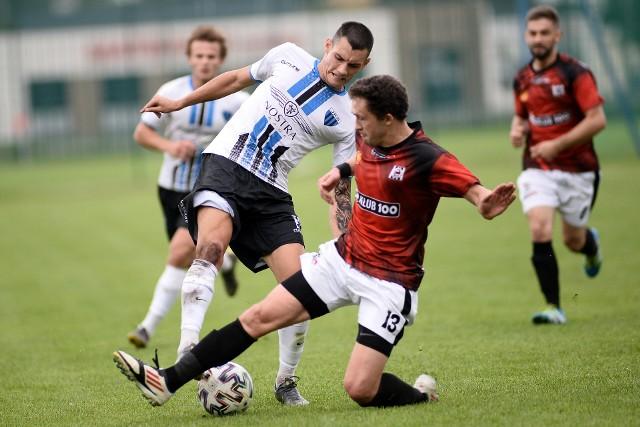 JKS Jarosław ograł na wyjeździe Czarnych Jasło, a więc beniaminka 4. ligi podkarpackiej, 2:0. Czarni Jasło - JKS Jarosław 0:2 (0:2) 0:1 Rączka 34, 0:2 Stankiewicz 43