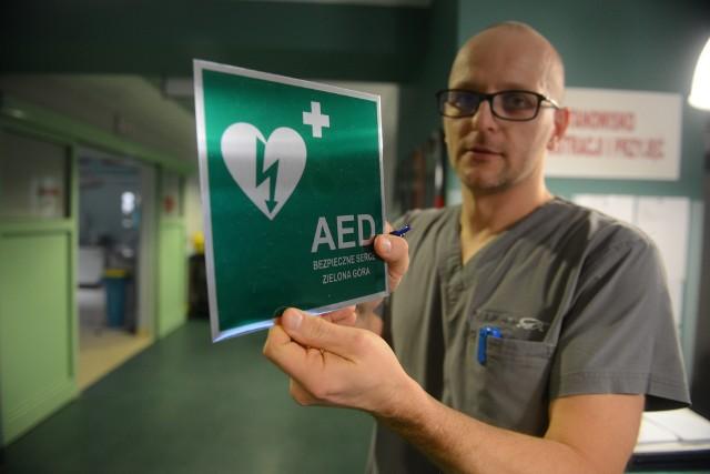 - Warto zwrócić uwagę, w jakich miejscach znajdują się takie tabliczki - mówi lekarz Szymon Michniewicz