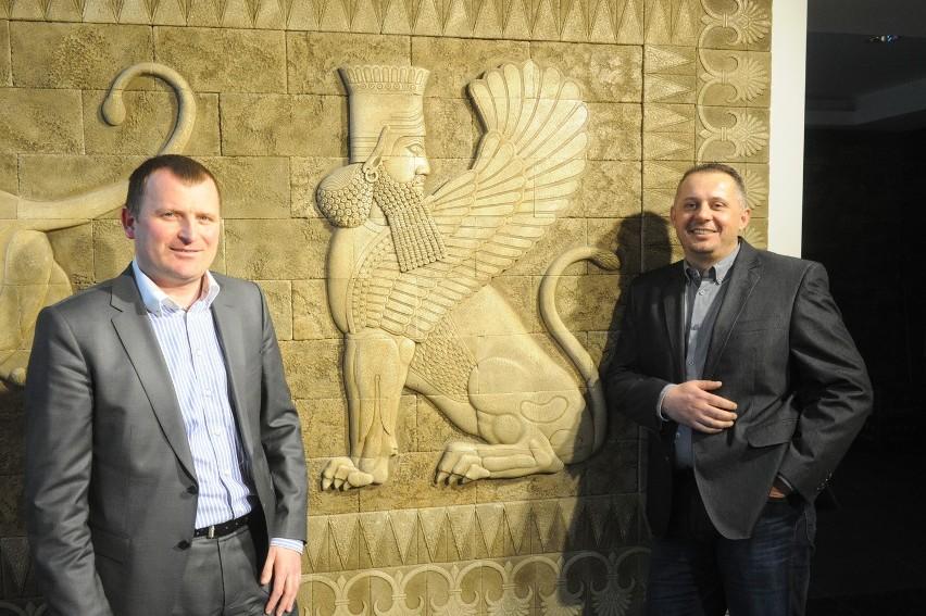 Maciej Skucik (z prawej) i Michał Biskup przy ekskluzywnej linia produktów Stegu o nazwie Character (stylizowanej na starożytne kultury), która została wykorzystana do aranżacji wnętrz trzech kasyn w Europie.