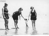Kobieca moda plażowa na archiwalnych zdjęciach. Zobacz, jak zmieniały się trendy