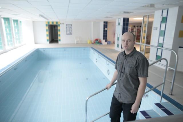 Rafał Adamiszyn, kierownik pływalni Akwarium i zamknięta mała niecka. Na razie opolanie mogą korzystać tylko z dużego basenu, a taka sytuacja może potrwać aż do 31 stycznia.