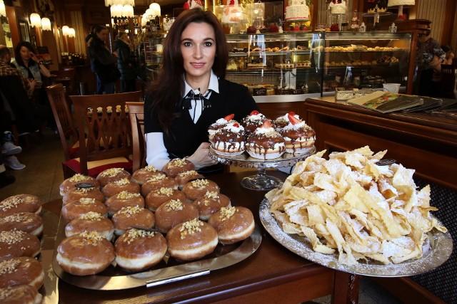 Iwona Wójcik, właścicielka kieleckiej Cukierni Świat Słodyczy prezentuje pączki