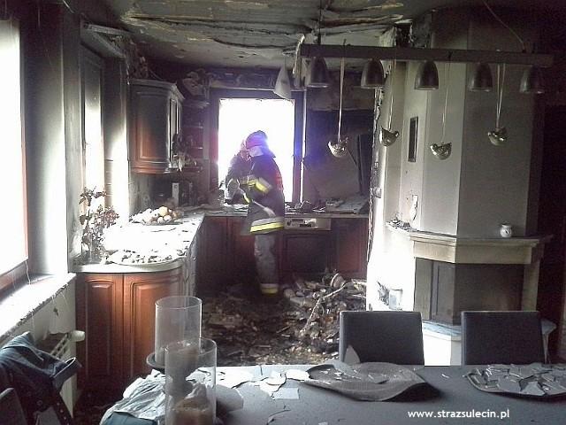 Do groźnego pożaru doszło w Słońsku. Zapalił się dom jednorodzinny. Zauważył to sąsiad, który wybił szybę i próbował gasić płomienie wężem ogrodowym. Po dojeździe na miejsce strażacy zabezpieczyli miejsce zdarzenia i zaczęli gasić płonące wnętrze domu. Z płomieniami walczyli ochotnicy ze Słońska i strażacy z Komendy Powiatowej PSP w Sulęcinie.Po ugaszeniu pożaru strażacy sprawdzili budynek kamerą termowizyjną. Szukali w ten sposób innych źródeł ognia. Pomieszczenia budynku oddymiono i sprawdzono, czy nie ma w nich tlenku węgla. Po tych działaniach strażacy przekazali budynek właścicielom. Zobacz też:  Pożar wybuchł, gdy spali. Uciekali boso, w pidżamach