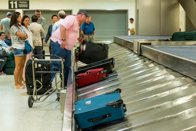 Po odebraniu bagażu okazuje się, że został zniszczony? Udaj się do biura reklamacji bagażowych, otrzymasz tam raport z uszkodzenia tzw. PIR. Dodatkowo wykonaj kilka zdjęć w celach dowodowych.